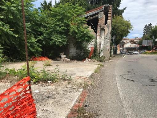 Via Gasparotto, corsia ancora chiusa. Il sindaco: «Chiederemo i danni ai proprietari dell'edificio pericolante»
