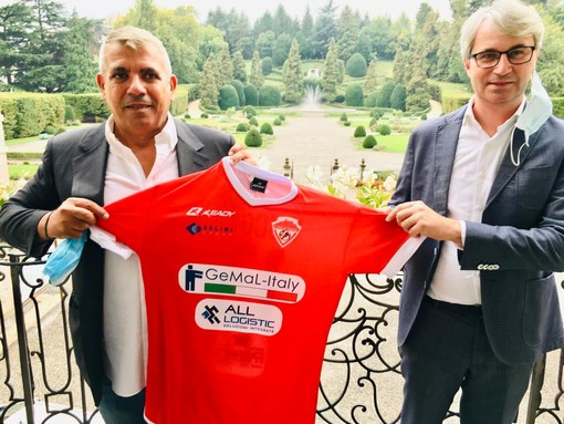 Filippo Lo Pinto, main sponsor e vice presidente (conserva la stessa carica anche Stefano Pertile), sul balcone della sala Matrimoni di Palazzo Estense con la nuova maglia biancorossa