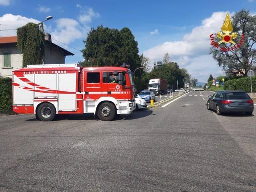 Travedona Monate, scontro tra auto all'incrocio della ss692. Intervengono i vigili del fuoco