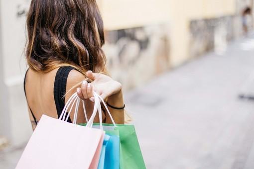 """La battaglia dello shopping tra Ticino e Lombardia: in Svizzera buoni covid per frenare i """"frontalieri della spesa"""""""