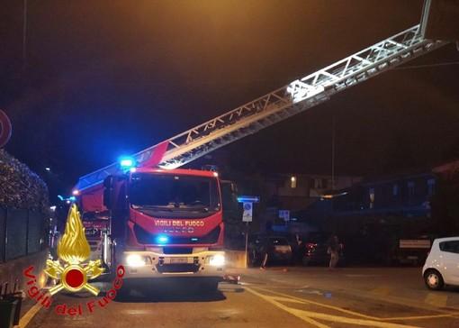 Tetto in fiamme a Vedano Olona: intervento dei vigili del fuoco con sei automezzi